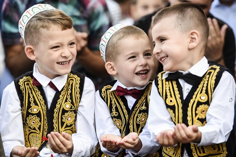muslim-children-in-kosovo-celebrating-eid-ul-fitr