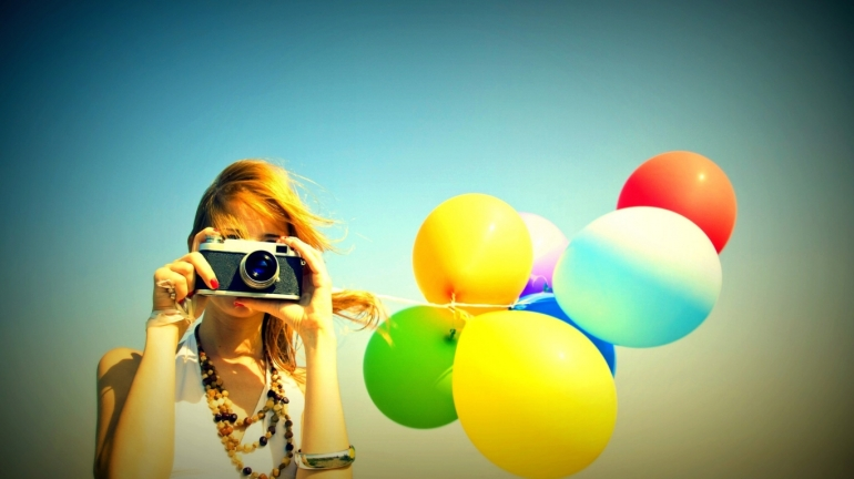 happy-woman-photographer-1366x768-wallpaper-14017